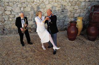 Bride ands groom dancing